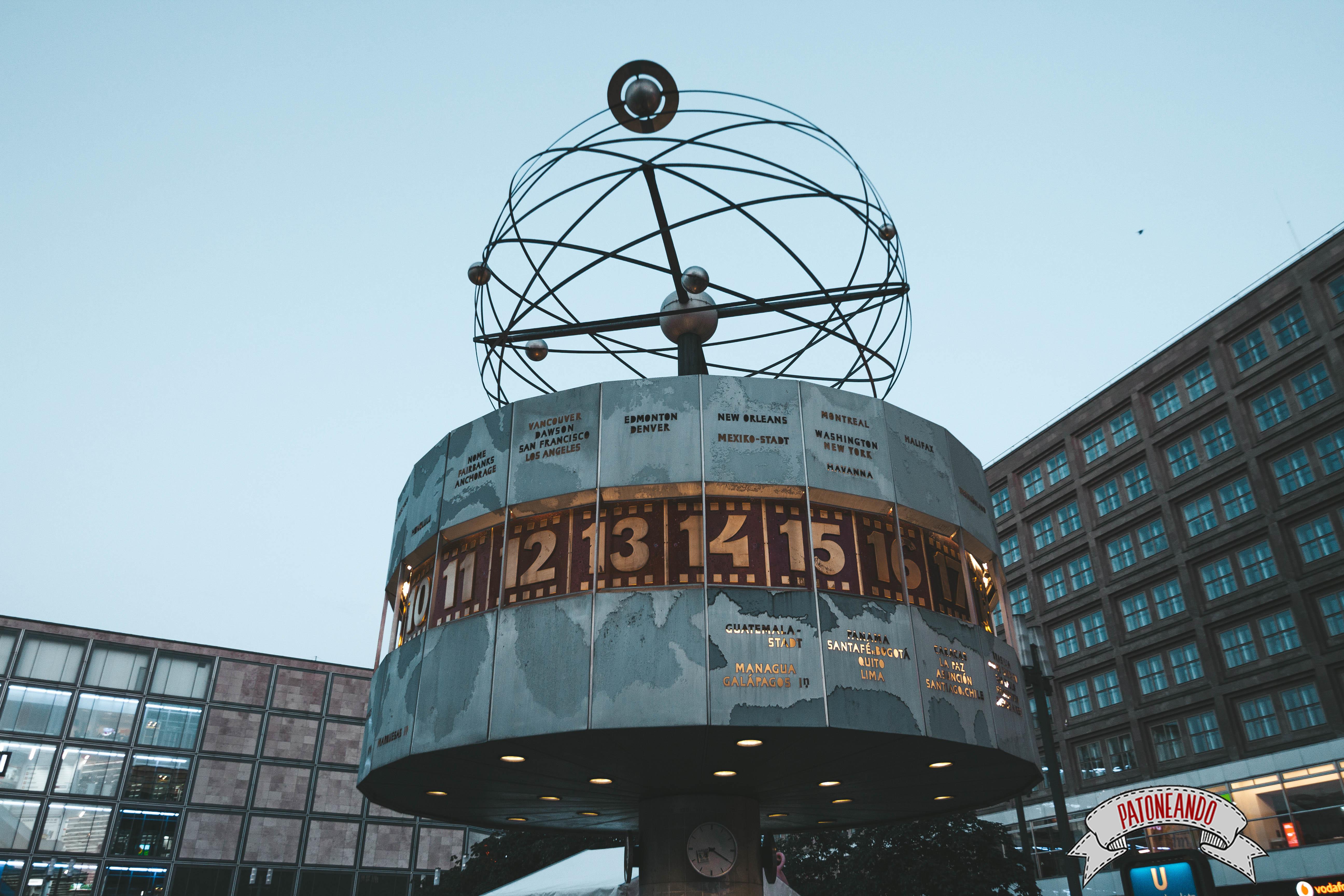 que ver y que hacer en Berlín - Alexander Platz - Reloj mundial -Patoneando blog de viajes (4)