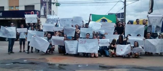 Enem: Início das provas marcado por protesto contra PEC-241 em Patos de Minas