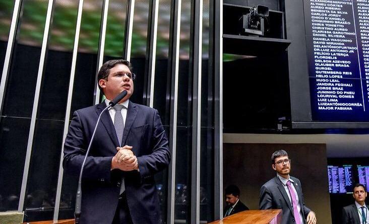 Hugo Motta comemora auxílio financeiro para mais de 2 mil pescadores paraibanos