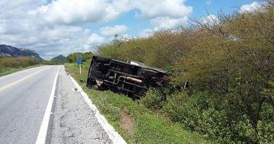 Carro de Fernando Som tomba na BR-361, em Catingueira