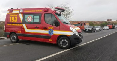 Veículo pega fogo após acidente e duas pessoas ficam feridas no Sertão