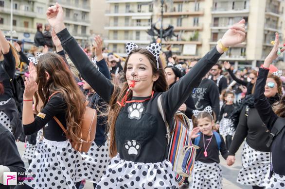 Πάνω από 12.000 Πατρινοί «έφτιαξαν» τον δικό τους ήλιο, στην παρέλαση των «μικρών»! (pics)