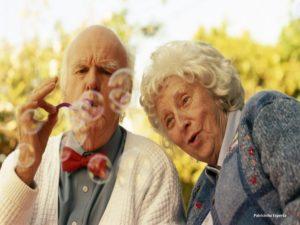 casal de idosos brincando 2c97e1 300x225 -  Aposentados sim. Parados jamais!