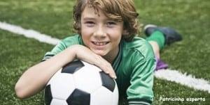 menino jogando futebol 5617 300x151 - Na idade certa...