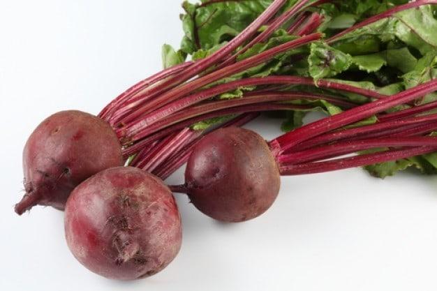 folhas verdes beterraba salada comida 3215679 - 10 Alimentos Que Você Precisa Comer
