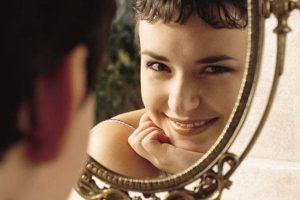 mulher espelho comida 300x200 - Autoimagem positiva
