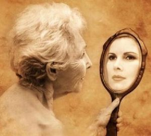 idosa no espelho 300x270 - Vamos Ser, em vez de Ter!