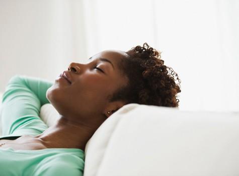 black woman sleeping 475x35011 - Acorde com Cabelos Bonitos e Arrumados - Especial Cabelos Cacheados