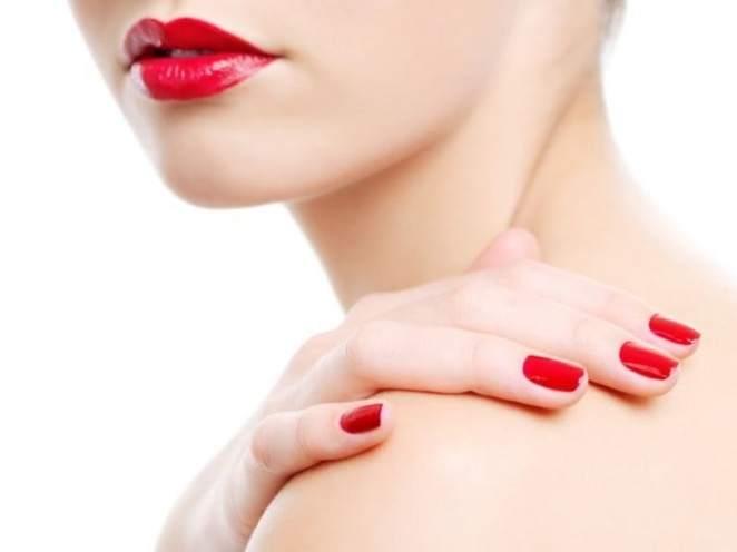 como pintar unhas vermelhas 1 680x509 - O poder das unhas pintadas com esmalte escuro