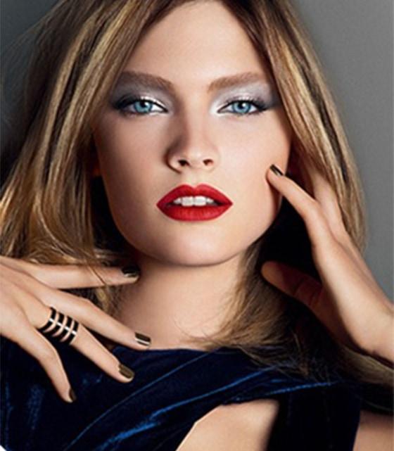 maquiagem inverno boca vermelha olho preto copia - Confira o que não pode faltar na sua make de inverno