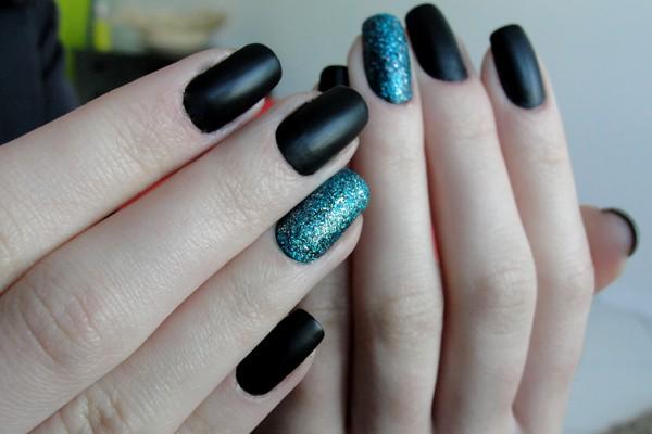 unha filha unica com glitter1 - O poder das unhas pintadas com esmalte escuro