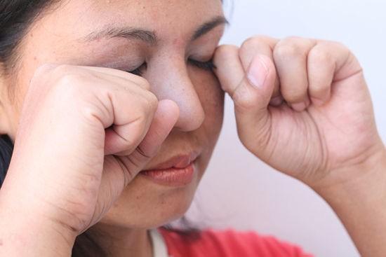 550px Comfort a Sore and Itchy Eye Step 1 - Pele sensível? Saiba como protegê-la corretamente
