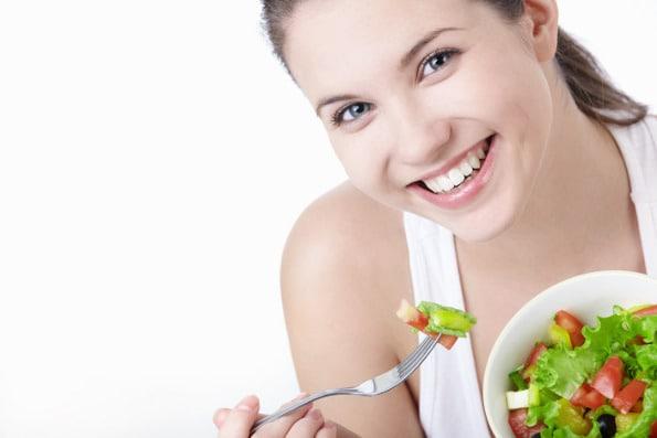 mulher comendo salada - Dossiê da alimentação saudável