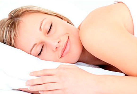 Mulher dormindo - O que faz bem para a beleza?