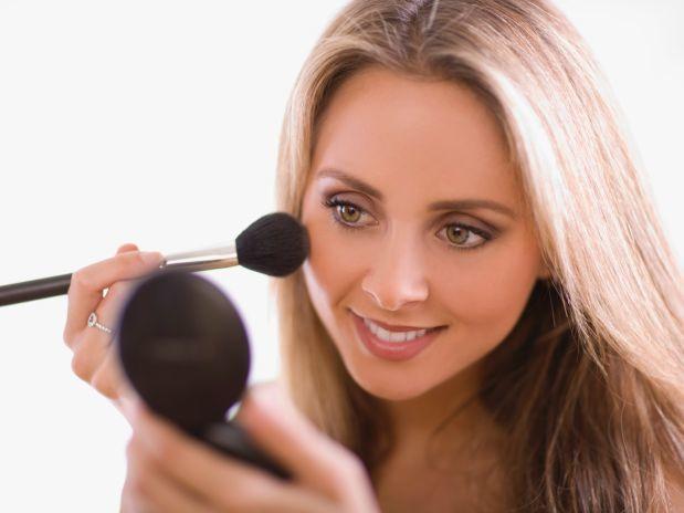 maquia - Pele oleosa ou com espinhas? Saiba qual maquiagem ideal
