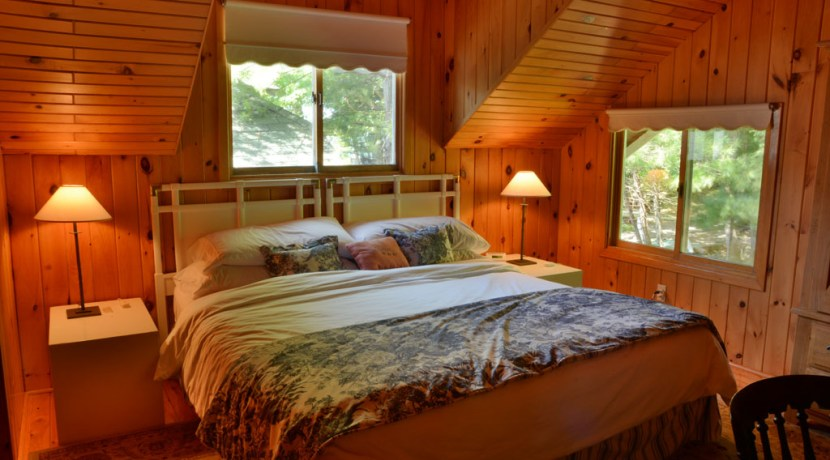 King bed in Boathouse
