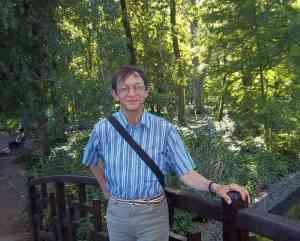 Patrick Huet écrivain sur un pont au Parc de la Tête d'or