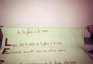 Tenture-poème du Fleuve-trotteur écrite avec du fil de velours