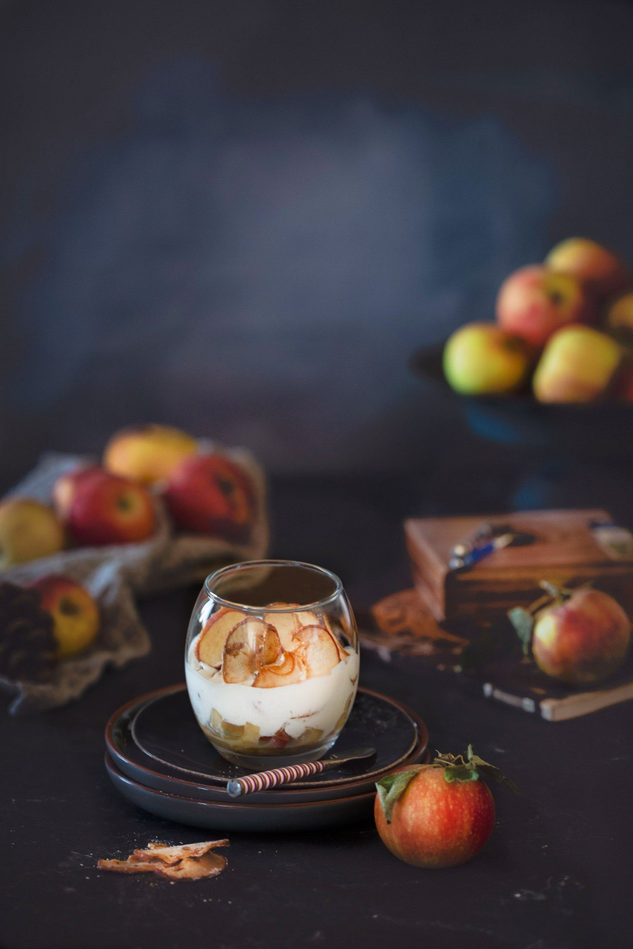 """Ich schaue aus meinen Küchenfenster und sehe: Äpfel! Schaue ich aus dem Schlafzimmerfenster, sehe ich: Äpfel! Nein, ich lebe nicht bei Schneewittchens böser Stiefmutter, sondern auf dem Land mit vielen prächtigen Apfelbäumen. Und da auch ich einem roten Apfel nicht widerstehen kann, gibt es ein Apfeldessert im Glas. Ich finde die Apfelzeit einfach grandios. Obwohl ich gar nicht so der """"ich beiß in den Apfel-Typ"""" bin, lasse ich mir gern die Äpfel von den Bäumen pflücken. (Ja, da gibt es Menschen denen das wirklich Spaß macht). Und so lagere ich gerade Körbe voller roter Äpfel, die nur darauf warten verarbeitet zu werden. Die Möglichkeiten sind einfach unbegrenzt. Und da ich gerade dabei bin, das Weihnachtsdessert zu testen (was natürlich nur ein Vorwand ist, fast täglich neue Desserts zu machen und zu essen) ist dieses Dessert gerade auf Platz 1 gerückt (aber ich teste natürlich weiter)."""