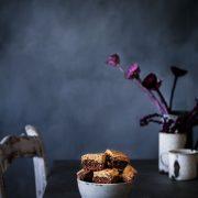 Wer Kekse und Brownies mag, kommt jetzt voll auf seine Kosten: Saftige Brownies mit einem knackigen Keks obendrauf.