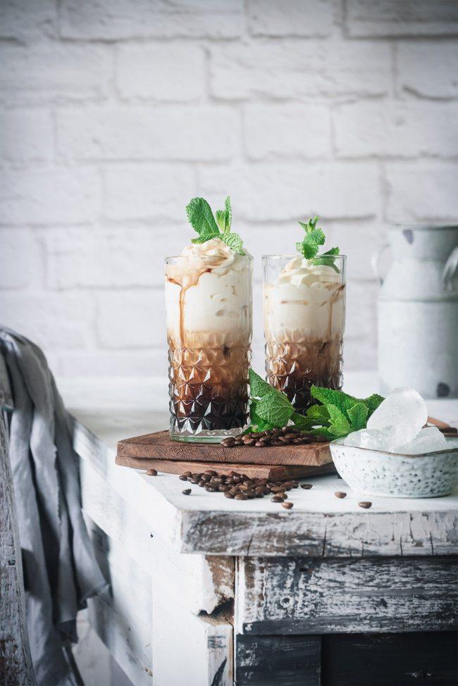 Ich gebe es ja zu: Ich genieße meinen heißen Kaffee auch bei 30 Grad im Schatten. Ab und zu brauche aber auch ich eine Abkühlung und da kommt mir ein kalter Eiskaffee gerade recht. Deswegen steht immer eine Karaffe voll mit Kaffee im Kühlschrank. Eiswürfel und Vanilleeis sind natürlich auch nicht weit. Gegen Abend darf es aber auch mal mit Alkohol sein. Der Kaffee-Tequila Cocktail schmeckt nicht nur toll, sondern gibt auch den richtigen Kaffee-Kick. Aber probiert selbst: