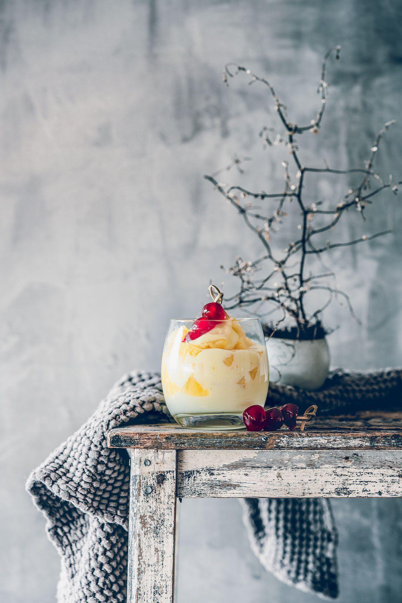 Sommer – Sonne... Piña Colada. Das Wochenende steht vor der Tür und die Temperaturen gehen in den Keller. Aber nicht mit uns, oder? Wir bereiten uns einfach ein sonniges Dessert vor und genießen das Leben. Einfach mal so.