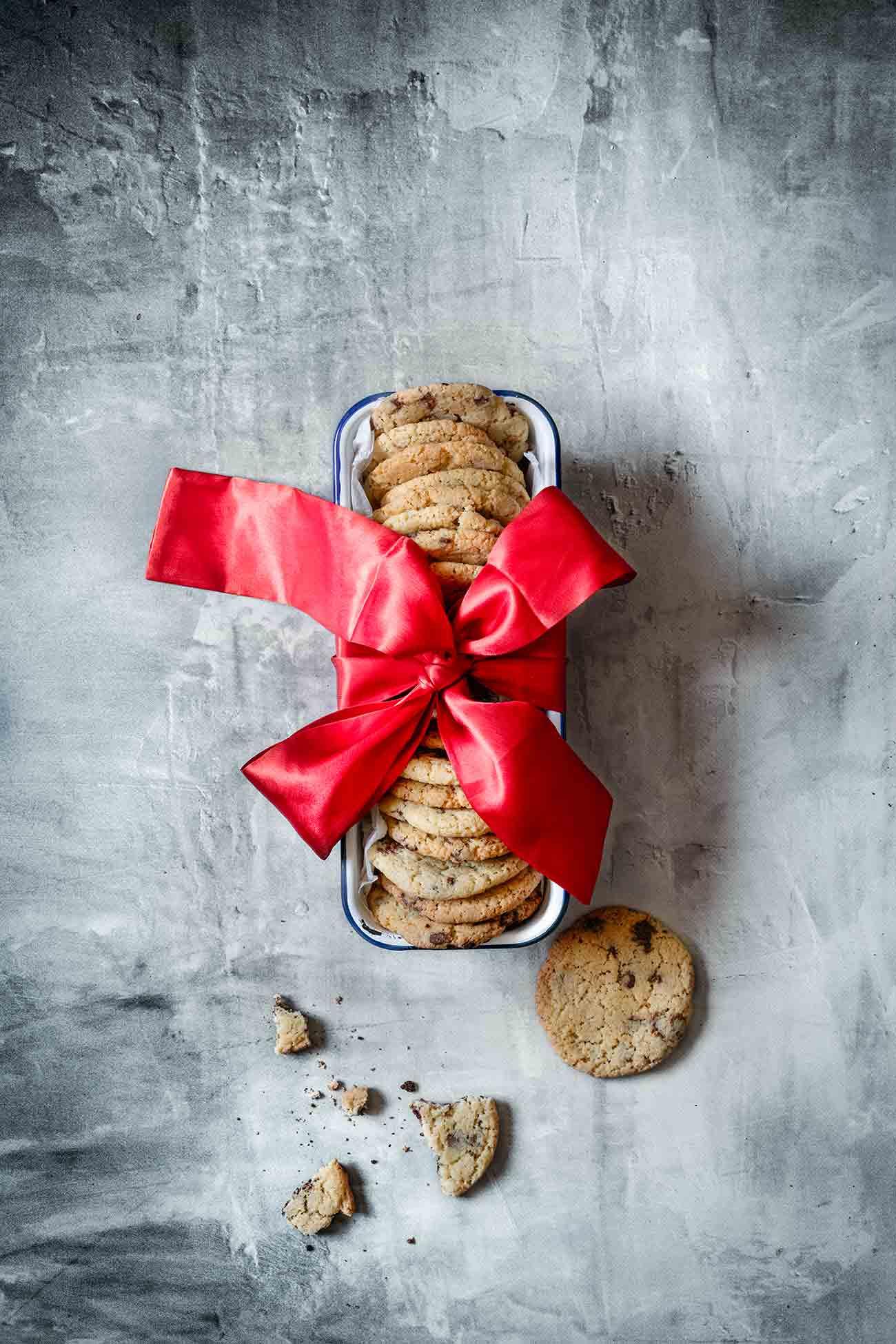 Die besten Chocolate Chip Cookies Ich habe in meinem Leben bisher mehr Kekse gegessen als selber gebacken. Das ist Fakt. Und das nur, weil ich bisher noch kein richtig leckeres (und schnelles) Rezept gefunden habe, was mich total überzeugt. Jetzt hab ich es.... Und sie sind doch auch eine schöne Geschenkidee, oder?