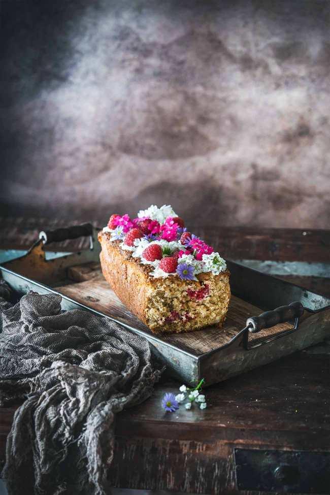 Himbeer-Haferflocken-Kuchen Das Wochenende ist nun leider wieder vorbei und nur das Schmuddelwetter ist geblieben. Ach ja, und ein großes Stück Kuchen konnte ich auch noch retten. Und zwar von dem leckeren Haferflocken-Kuchen mit Himbeeren. Damit schaffe ich mir heute meinen Wochenende-Moment. Habt es fein.