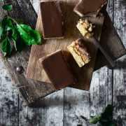 Apfel + Karamell + Buttercreme + Schokolade = Mega-leckerer Kuchen! Ich finde, dass dieser Kuchen einen guten Start in die neue Woche abliefert, oder? Also, ich genehmige mir jetzt ein Stückchen (zum Frühstück) und wünsche euch einen perfekten Montag.