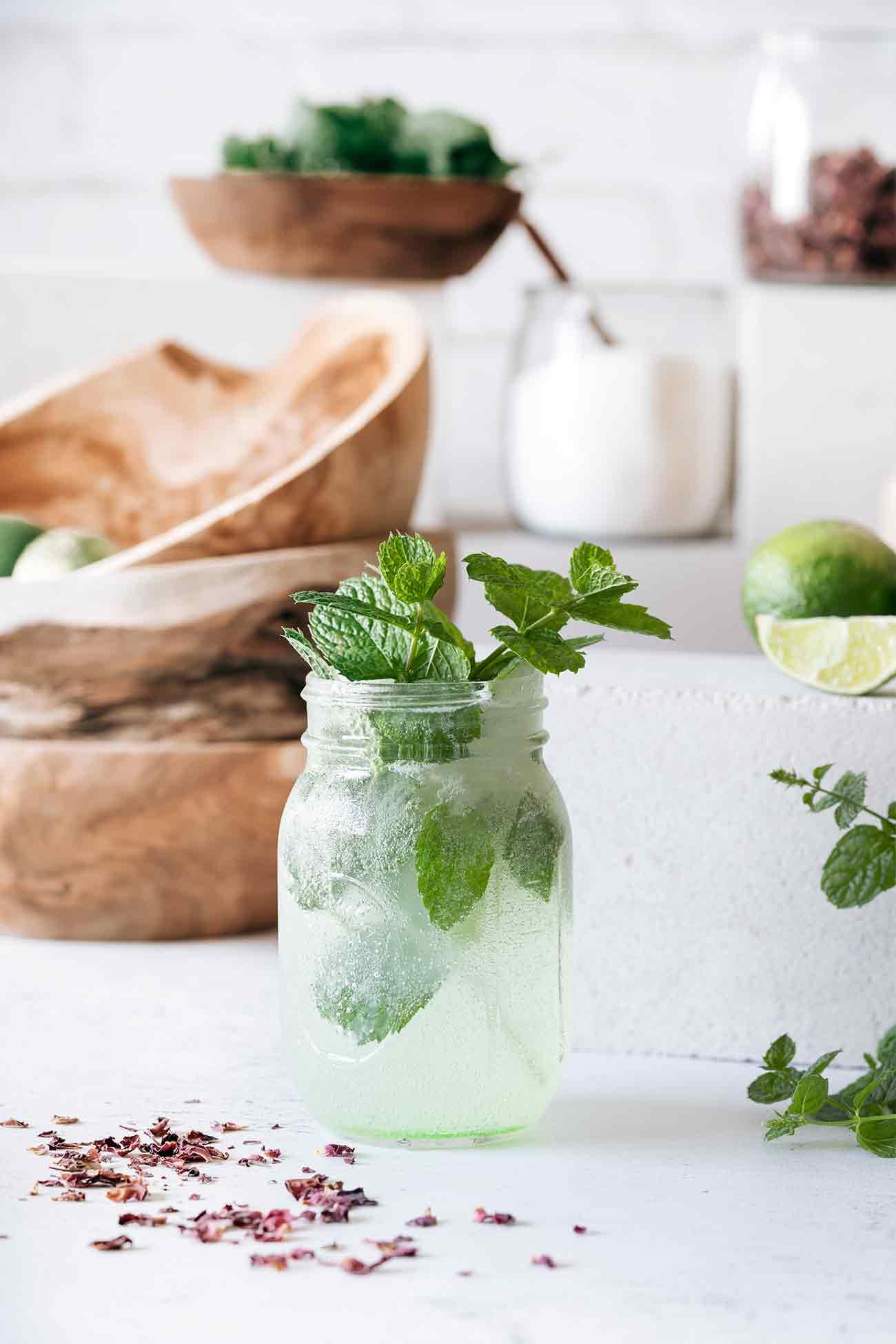 In Indien ist Gulab Sharbat schon längst ein Trend-Getränk, doch der erfrischende Drink aus Rosenwasser, Minze und Limette wird sicherlich auch schnell unsere Herzen erobern. Das Original ist meist sehr süß und rot eingefärbt und die Rezeptvariationen sind unendlich. Für die QVC-Lieblingsküche habe ich weniger Zucker genommen und auf künstliche Farbstoffe verzichtet