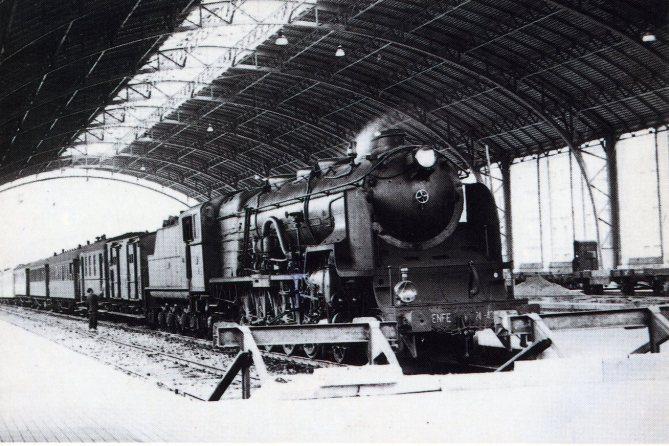 Foto: La nave de andenes de la Estación del Norte de Bilbao, en una imagen de 1948 en la que puede verse la locomotora Babcock & Wilcox 241-4000 Serie 241-4067/94 construida en Sestao en 1946-47. La fotografía original pertenece al archivo Chema Martínez y la reproducción en postal a la colección de Joaquín Cárcamo.