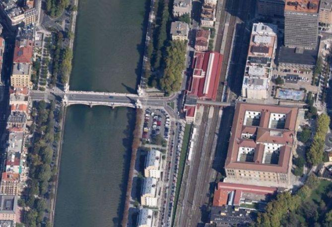 Vista aérea del área de Donostia-San Sebastián que comprende el puente de María Cristina, la Estación del Norte y la Fábrica de Tabacos.