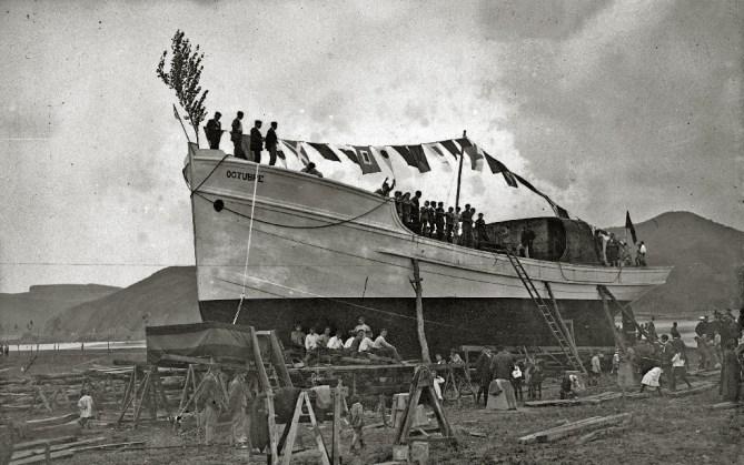 Zumaia. Astilleros Eraso, 1918. Botadura del Octubre 7 (Foto Archivo ZIIZ)