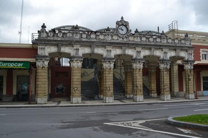 Pórtico de acceso a la Estación del Norte de Donostia-San Sebastián, en mayo de 2012 (Foto Joaquín Cárcamo)