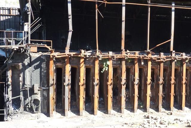 Vista parcial de la batería de hornos de coque en avanzado preceso de derribo (Foto AVPIOP)