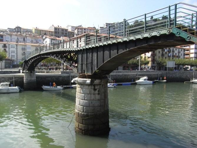 Ondarroa. La pasarela giratoria en 2009. (Foto: Joaquín Cárcamo)
