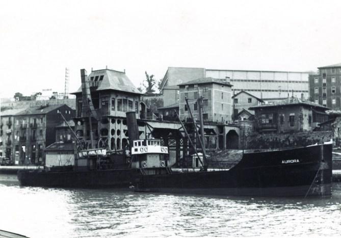 El carguero Aurora en el cargadero de Olabeaga en 1970. (Colección Antonio Hernández)