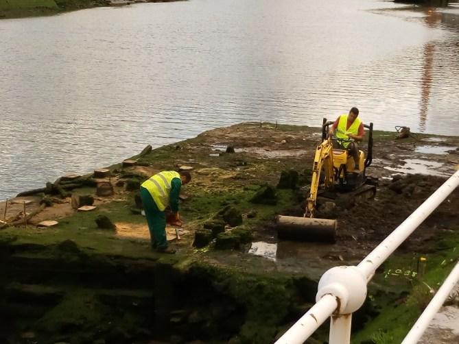 Trabajos de demolición de los restos arqueológicos del cargadero. A las 12:00 del mediodía