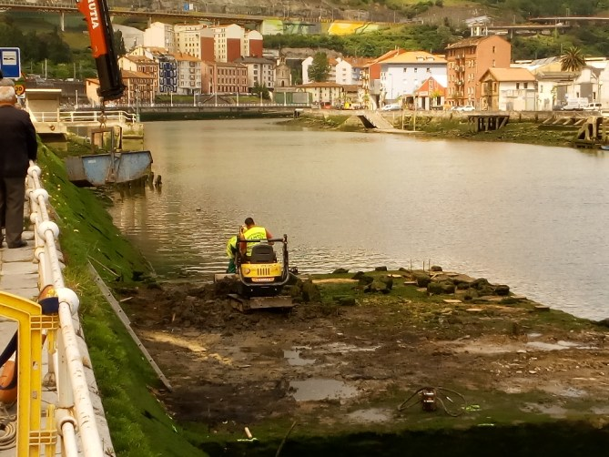 Trabajos de demolición de los restos arqueológicos del cargadero. A las 12:00 del mediodía. Prácticamente finalizada la destrucción.