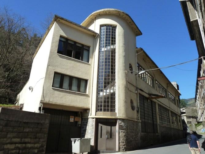 En 1905 Manuel Barrenechea, Bernardo Olañeta y Vicente Juaristi fundan en Eibar la empresa Barrenechea, Olañeta y Juaristi, que sería conocida por sus siglas, BOJ. En 1939 construyen el nuevo edificio en Matsaria con proyecto del arquitecto Raimundo Alberdi Abaunz.
