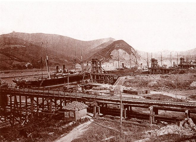 Los cargaderos de Orconera, vistos desde la playa de viás en la década de 1880. / Orkoneraren Kargategiak, bide-zelaigunetik ikusita 1880ko hamarkadan
