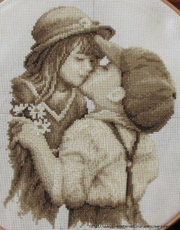 Niños dandose un beso (3)