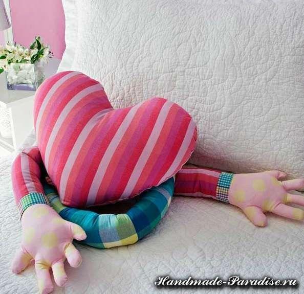 cojin en forma de corazon con manos largas 2