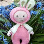 Muñeco disfrazado de conejo