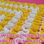 Tapete cuadrado a crochet en relieves