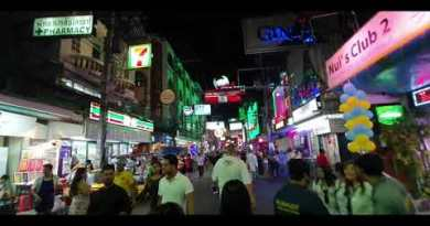 Strolling Avenue Pattaya At 2am