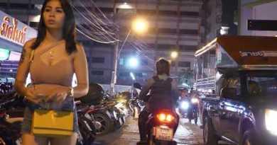 Strolling Road Latenight Scenes l Pattaya