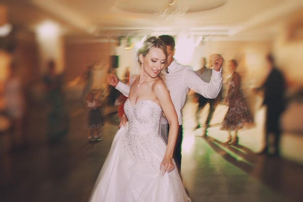 Bequeme Hochzeitskleidung ist eine Voraussetzung für eine ausgelassene Party. Foto: Oleg Baliuk/Shutterstock.com