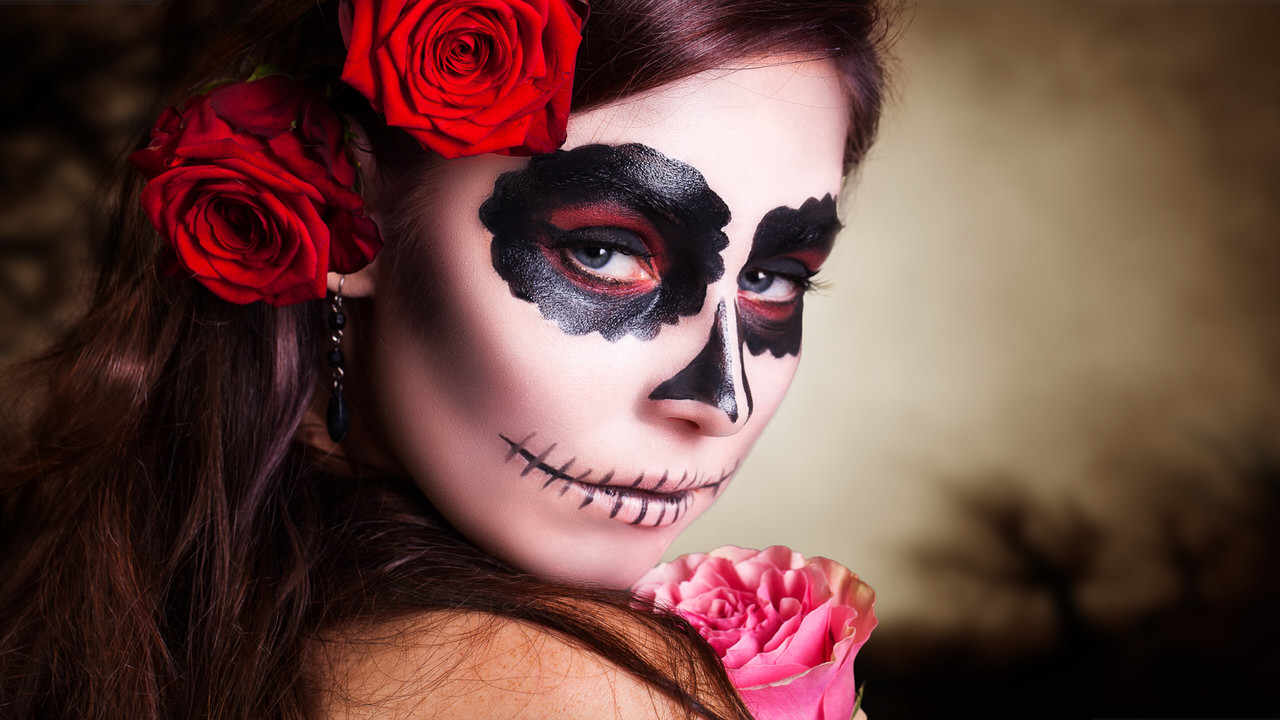 Schönheit und Grausen liegen bei einer Halloween-Party oft sehr dicht beieinander. Foto: fotogestoeber/Shutterstock.com