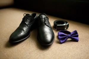 Auch der Bräutigam trägt edle Schuhe und legt seine feinsten Accessoires an. Foto: Yuriy Maksymiv/Shutterstock.com